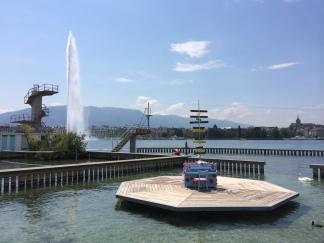 Streetpiano aux Bains des Pâquis et jet d'eau ©dunpetitsuissealautre