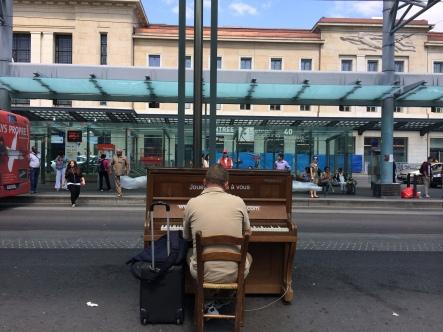 Streetpiano devant la Gare Cornavin ©dunpetitsuissealautre