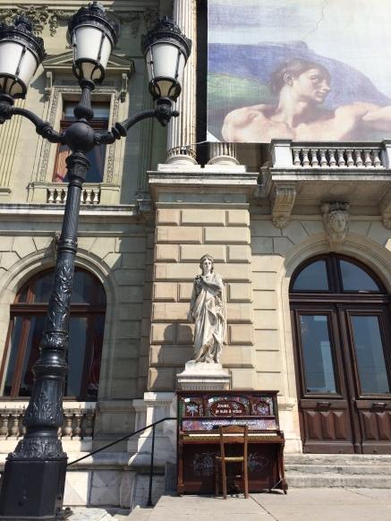 Streetpiano devant le Grand Théâtre place de Neuve ©dunpetitsuissealautre