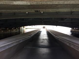 Streetpiano de loin, pont flottant sous le pont du Mont Blanc ©dunpetitsuissealautre