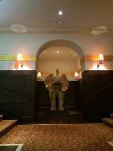 Le hall de l'hôtel et son éléphant