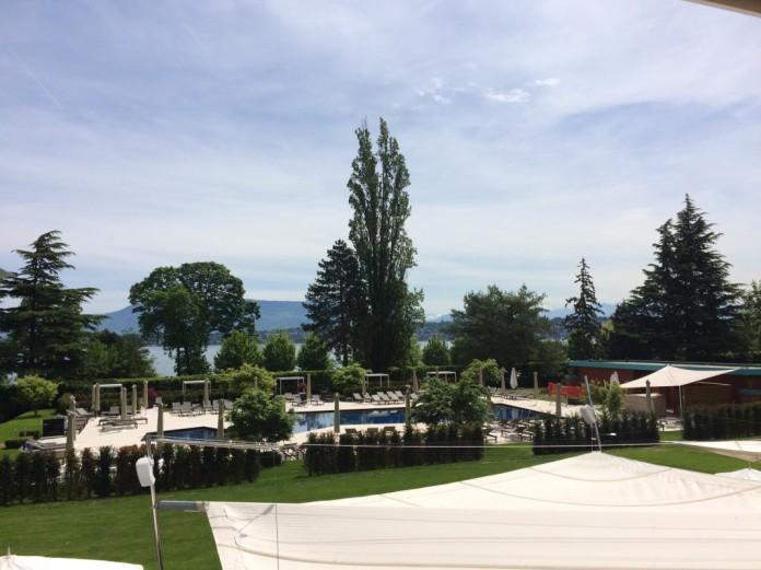 La piscine (et le Lodge d'été) et derrière, le Lac Léman