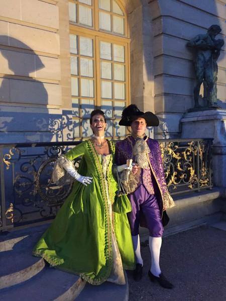 Une robe verveine et un habit violet faits main par cette dame de la cour durant 2 mois, magnifiques !