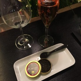 Un Caviar Shot, 10g et une coupe de champagne rosé