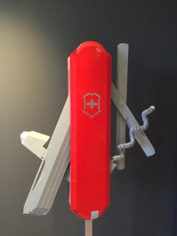 Modèle géant d'un couteau suisse Victorinox, 9800 briques et 150 heures de travail