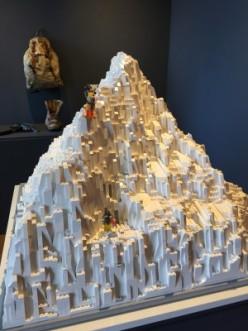 L'Everest, tout en briques blanches et un big foot alpiniste ;) 10000 briques et 50 heures pour réaliser ce toit du monde...