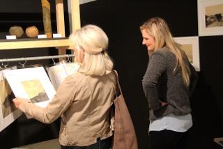 Amélie Ducommun, artiste peintre (à droite), avec une visiteuse