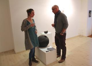 L'artiste céramiste Camille Rollier à gauche, avec le propriétaire de la galerie, Frédéric Dorogi