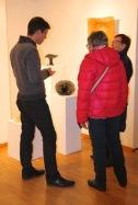 Le tourneur sur bois Pascal Oudet, à gauche, explique son savoir-faire très technique et ses créations à des visiteurs.