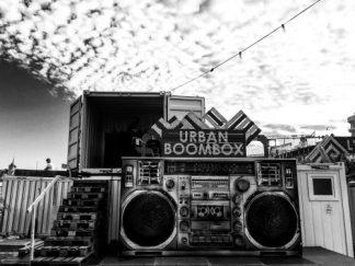 Dès 18h, un DJ dans le container, avant cela c'est vous qui brancher votre musique !