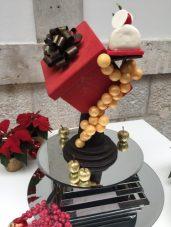 """""""La Cerise sur le Cadeau"""" de Joris Blin pour Mövenpick Hotels & Resorts. Pain de Gênes pistache, mousse au chocolat au chocolat blanc, vanille Tonka et confie de cerise."""
