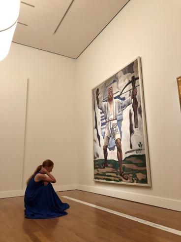Lucy Nightingale, danseuse et chorégraphe, accompagnée de trois musiciennes, donne vie à certains portraits de Ferdinand Hodler. Ici devant celui de son Guillaume Tell imaginé/imaginaire